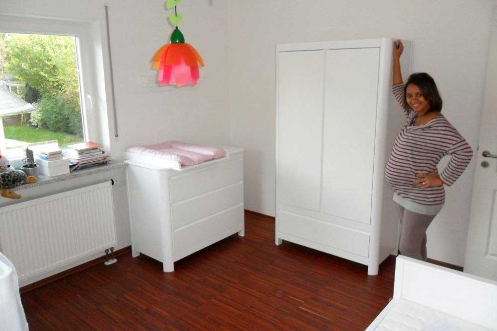 bilder fr babyzimmer babyzimmer mit bett x cm alpinweiss rosa woody with bilder fr babyzimmer. Black Bedroom Furniture Sets. Home Design Ideas